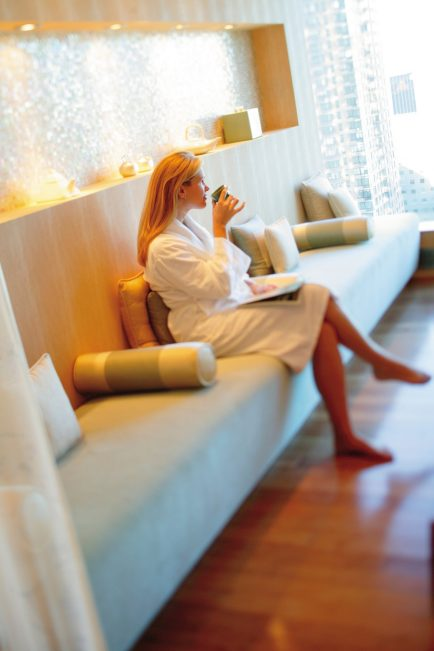 new-york-luxury-spa-guest-relaxing-in-oriental-tea-lounge-2